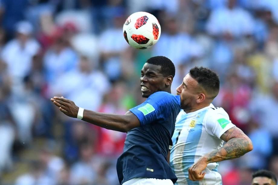 O francês Paul Pogba em ação contra o argentino Nicolás Otamendi, em partida válida pelas oitavas de final da Copa do Mundo em Kazan - 30/06/2018