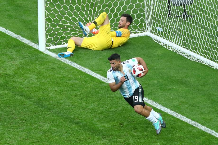 Sergio Agüero comemora o terceiro gol da Argentina na partida contra a França em Kazan - 30/06/2018