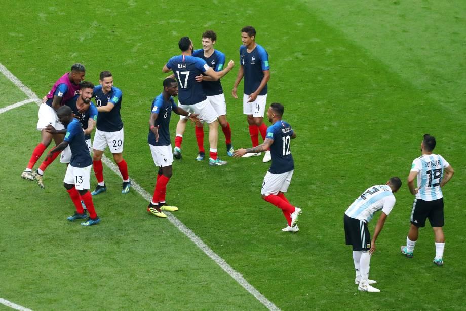 Jogadores franceses comemoram a classificação para as quartas de final da Copa do Mundo após vitória sobre a Argentina em Kazan - 30/06/2018