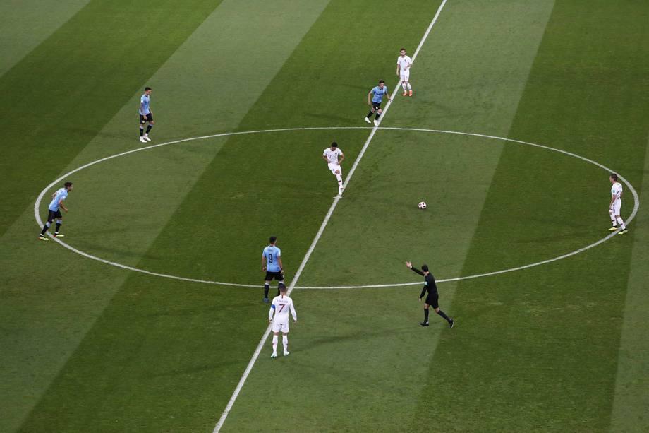 É dado o pontapé inicial na partida das oitavas de final entre Uruguai e Portugal, no estádio Fisht - 30/06/2018