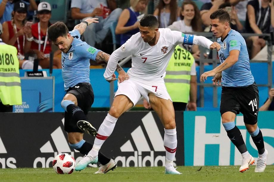O zagueiro uruguaio, Nahitan Nande, tenta roubar uma bola de Cristiano Ronaldo, de Portugal - 30/06/2018