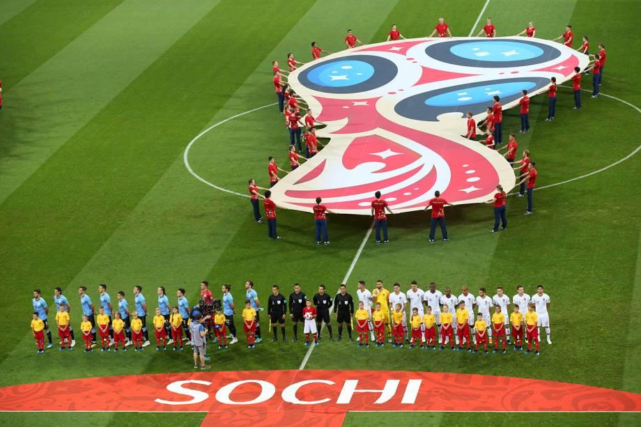As seleções de Uruguai e Portugal cantam os hinos nacionais antes do início da partida no estádio Fisht, válida pelas oitavas de final da Copa - 30/06/2018