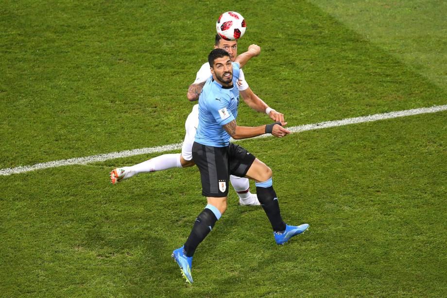 Luis Suarez, do Uruguai, divide um lance com o português, Jose Fonte - 30/06/2018