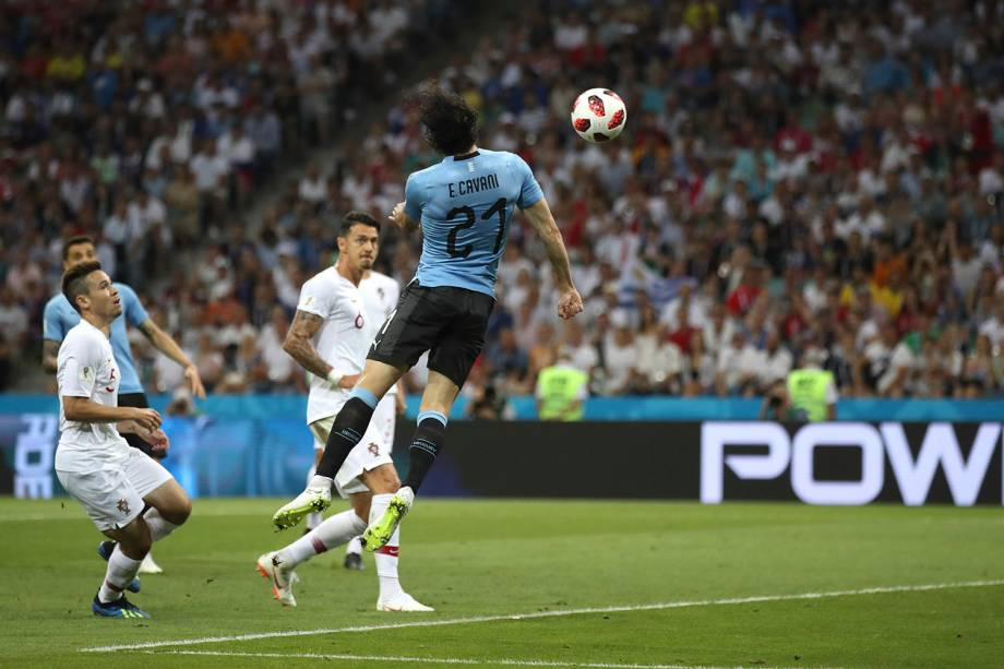 Edinson Cavani abre o placar para o Uruguai com um gol de cabeça contra Portugal, nas oitavas de final da Copa do Mundo Rússia - 30/06/2018