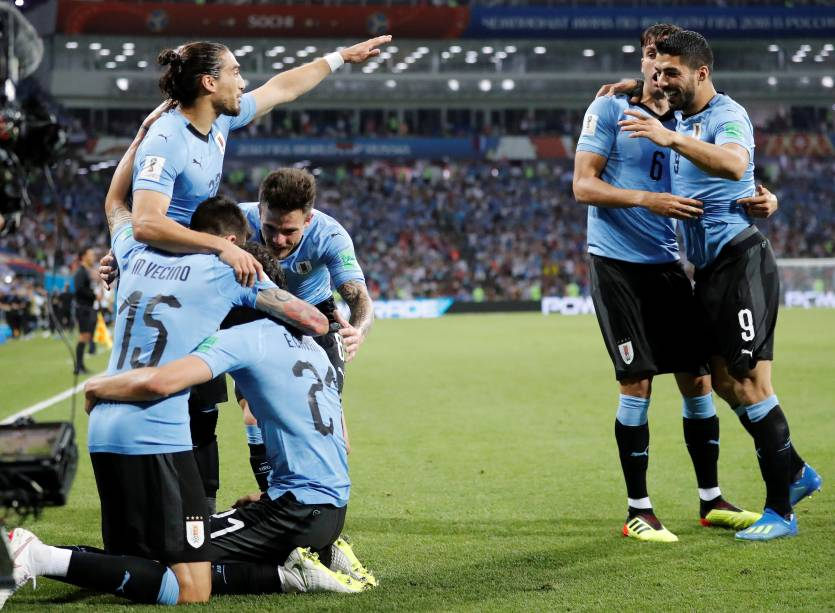 Companheiros de time abraçam Edinson Cavani, do Uruguai, durante a comemoração do gol marcado  - 30/06/2018