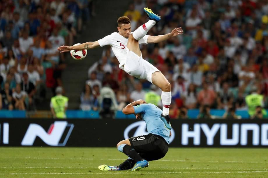 Raphael Guerreiro, de Portugal, disputa uma bola aérea com Luis Suarez, do Uruguai - 30/06/2018