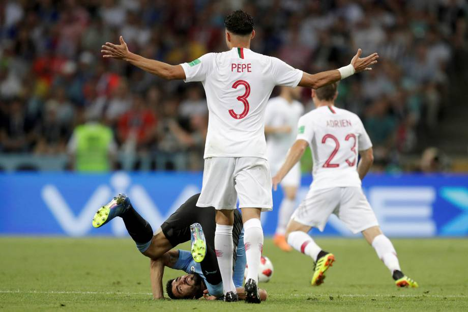 Pepe, de Portugal, reage após um lance com o uruguaio Luis Suarez - 30/06/2018