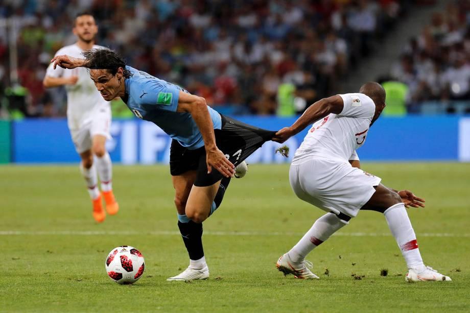 Ricardo Pereira, de Portugal, é visto puxando o shorts de Edinson Cavani durante a marcação - 30/06/2018