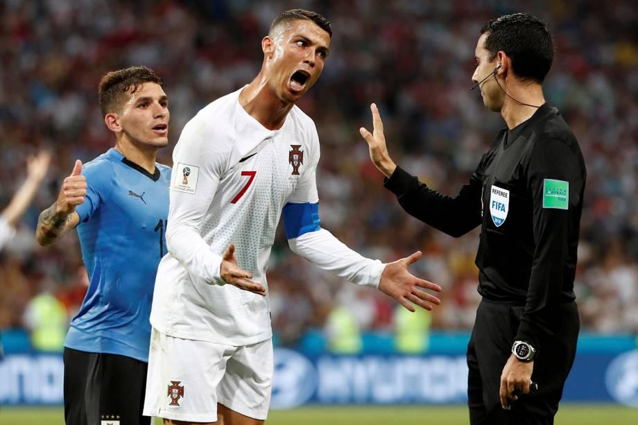O atacante Cristiano Ronaldo, de Portugal, reclama com o árbitro Cesar Arturo Ramos, durante a partida contra o Uruguai - 30/06/2018