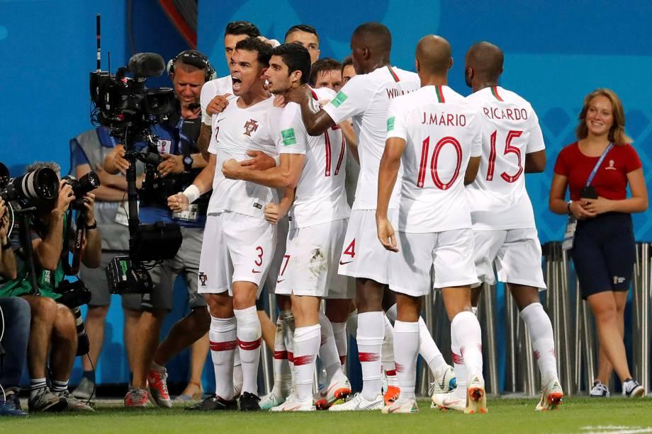 Companheiros de time comemoram junto com Pepe, autor do primeiro gol de Portugal contra o Uruguai - 30/06/2018