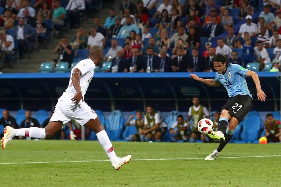 O atacante Edinson Cavani marca o segundo gol do Uruguai durante a partida das oitavas de final contra Portugal - 30/06/2018