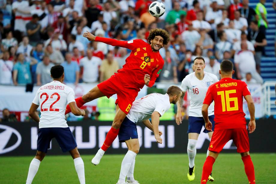 Marouane Fellaini, da Bélgica, afasta de cabeça uma bola que era passada para o inglês, Eric Dier - 28/06/2018