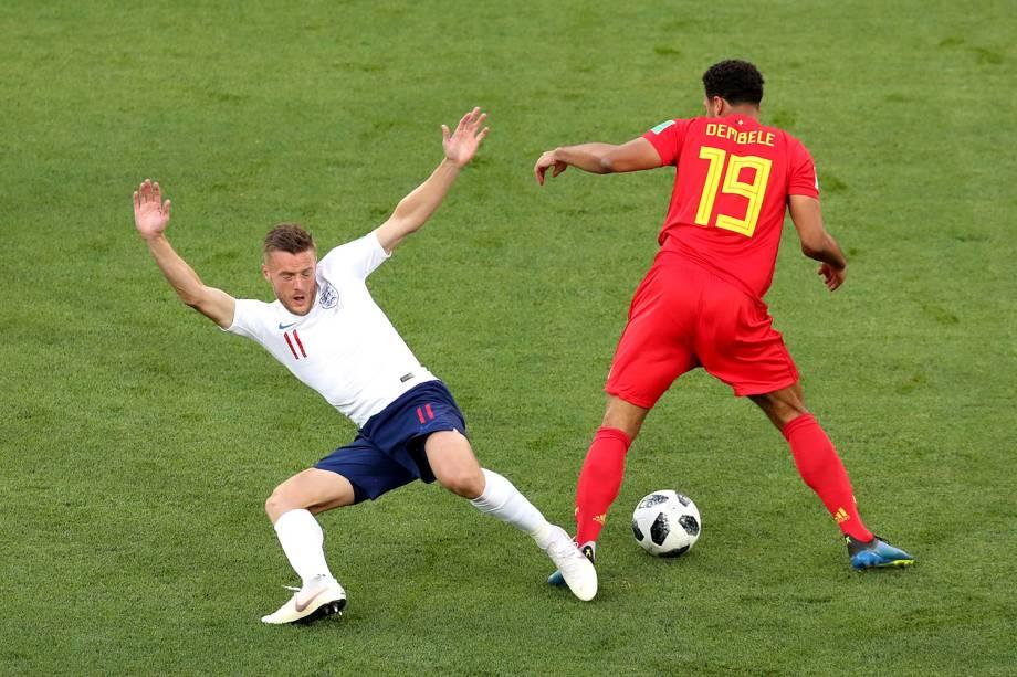 Jamie Vardy, da Inglaterra, divide um lance com o belga, Moussa Dembele - 28/06/2018