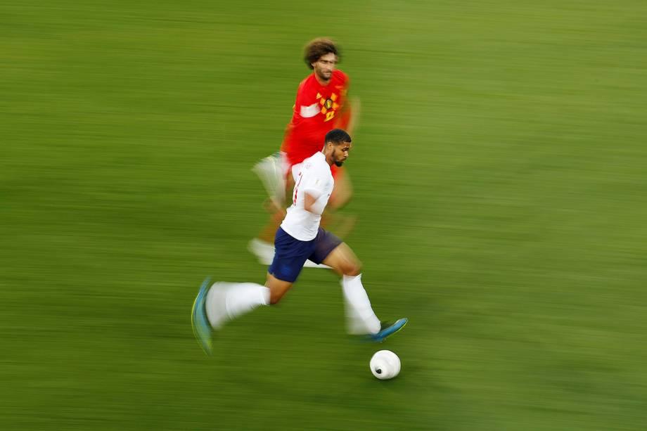 O belga, Marouane Fellaini, corre para marcar Ruben Loftus-Cheek, da Inglaterra - 28/06/2018