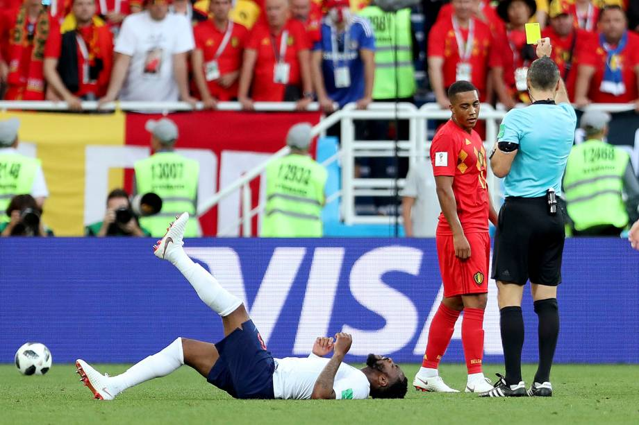 O árbitro Damir Skomina, mostra o cartão amarelo para Youri Tielemans, da Bélgica, após uma falta cometida sobre o inglês, Danny Rose - 28/06/2018