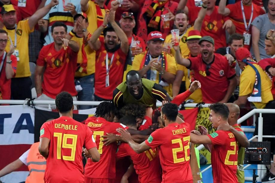 Companheiro de time abraçam o belga, Adnan Januzaj, após o gol marcado contra a Inglaterra - 28/06/2018