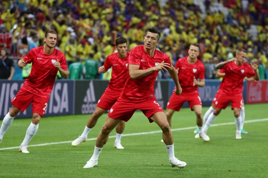 O atacante Robert Lewandowski participa do aquecimento da seleção da Polônia antes da partida contra a Colômbia na arena Kazan