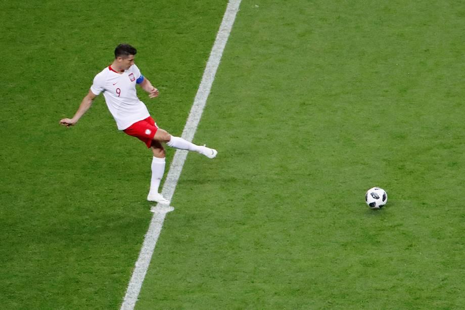 Robert Lewandowski, da Polônia, dá o pontapé inicial na partida contra a Colômbia - 24/06/2018