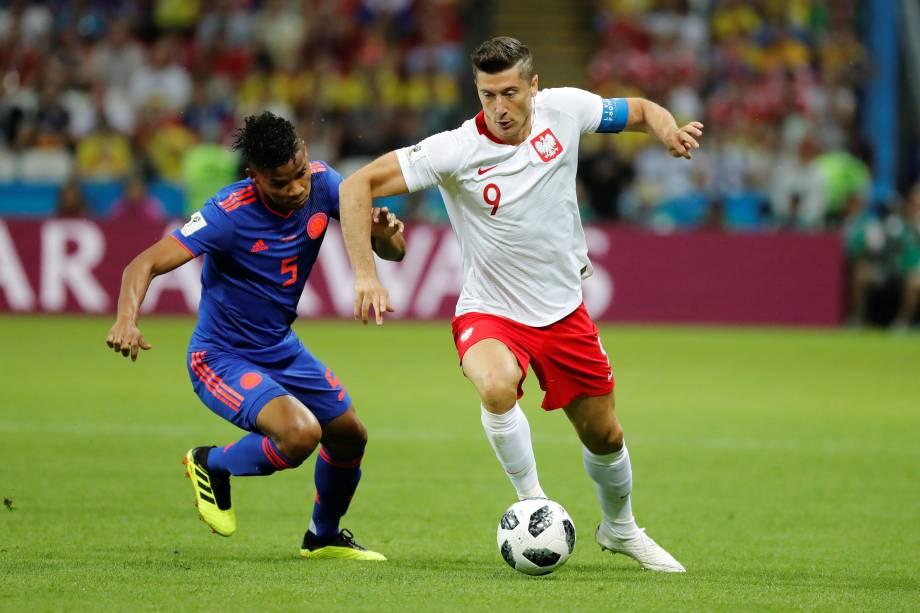 O atacante Robert Lewandowski da Polônia em ação contra o colombianos Wilmar Barrios, em partida válida pela segunda rodada do grupo H em Kazan - 24/06/2018
