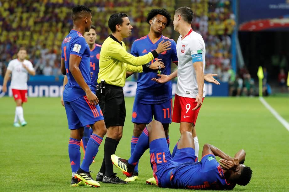 O árbitro, Cesar Arturo Ramos, conversa com o polonês Robert Lewandowski, após uma falta cometida em Yerry Mina, da Colômbia - 24/06/2018