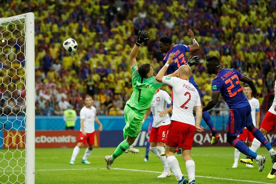 Yerry Mina, da Colômbia, marca de cabeça o primeiro gol contra a Polônia na Arena Kazan - 24/06/2018
