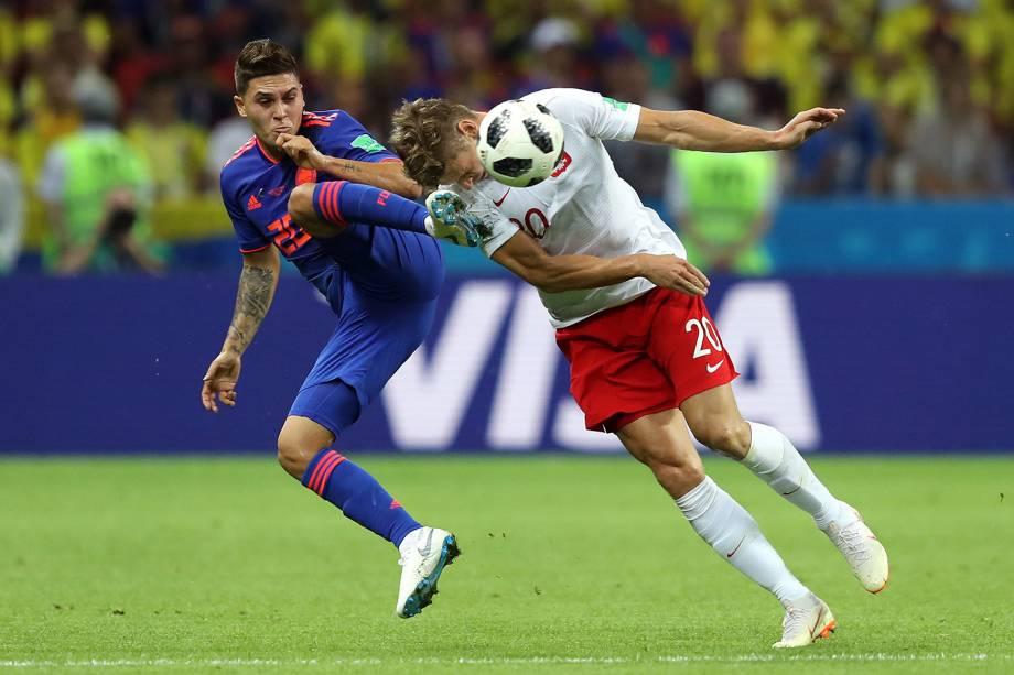 O polonês, Lukasz Piszczek, é atingido por Juan Quintero, da Colômbia, durante uma tentativa de acertar a bola - 24/06/2018