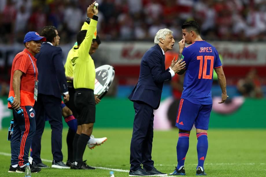 O técnico, Jose Pekerman, da Colômbia, orienta James Rodriguez durante o jogo contra a Polônia na Arena Kazan - 24/06/2018