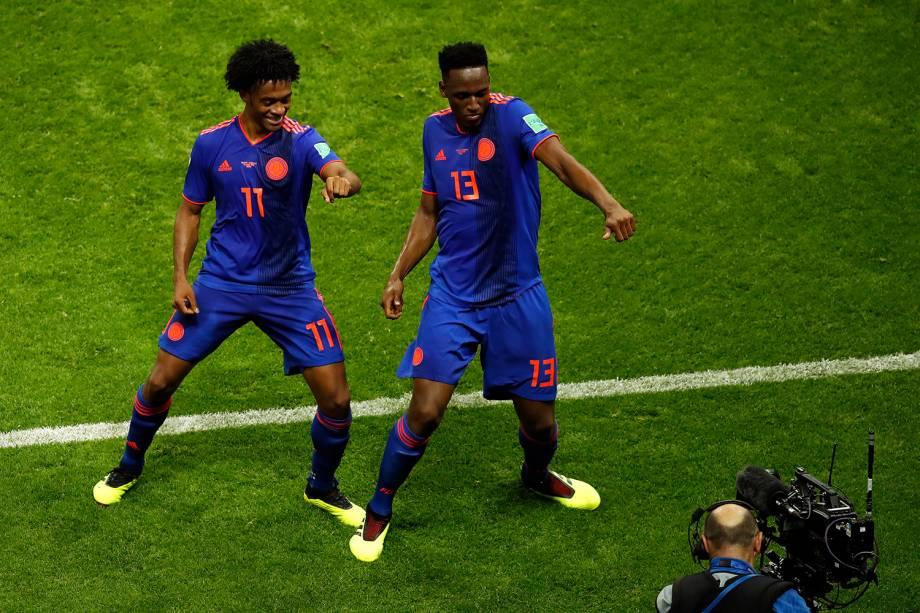 Juan Cuadrado dança ao lado de Yerry Mina, durante a comemoração do primeiro gol da Colômbia, marcado contra a Polônia - 24/06/2018