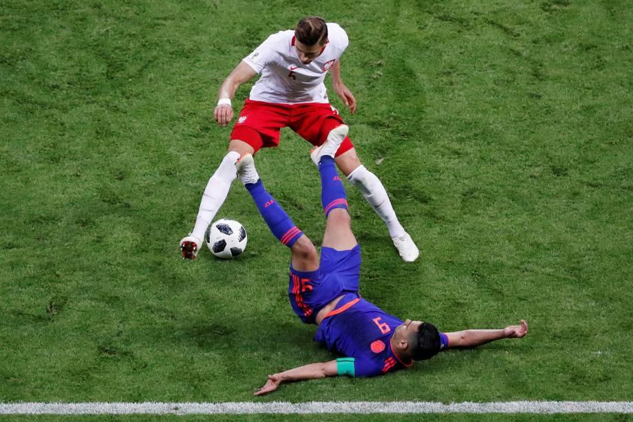 Radamel Falcao, da Colômbia, cai no chão durante uma disputa de bola contra o polonês, Jan Bednarek - 24/06/2018