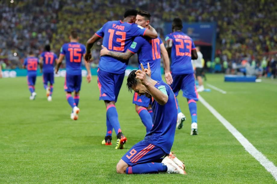 O colombiano, Radamel Falcao, se ajoelha com os dedos para o céus durante a comemoração do segundo gol contra a Polônia - 24/06/2018