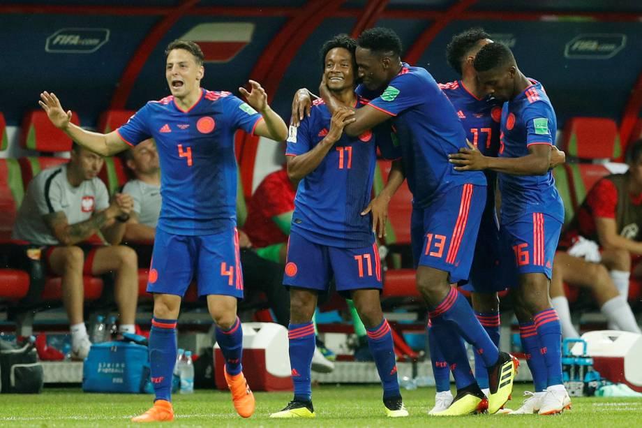 Juan Cuadrado, comemora com os companheiros de equipe o terceiro gol da Colômbia contra a Polônia - 24/06/2018