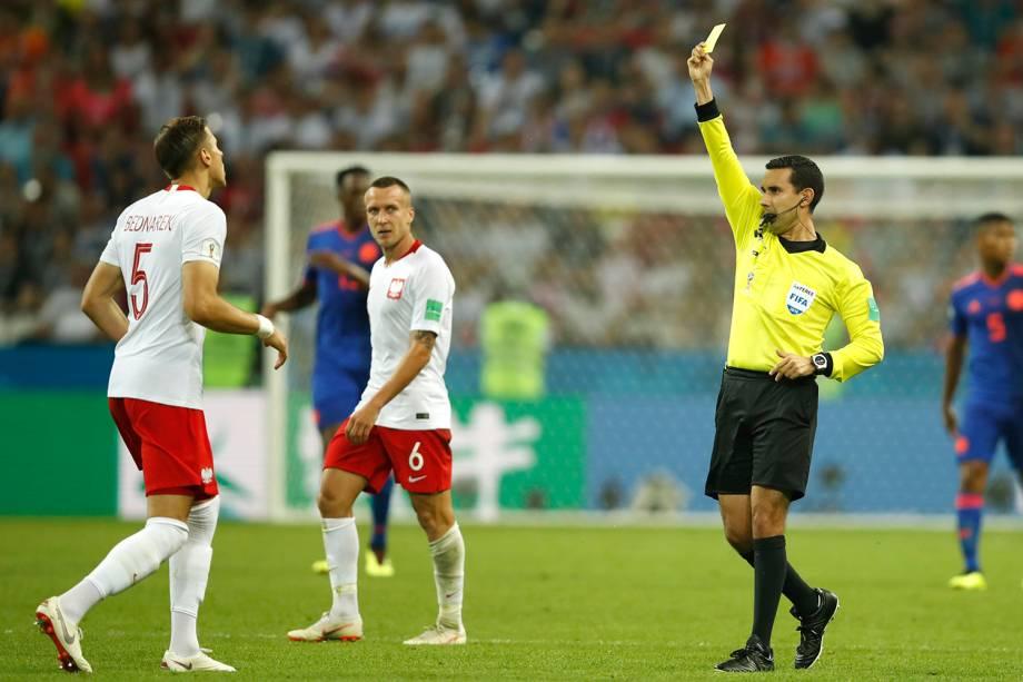 O juiz, Cesar Arturo Ramos, mostra o cartão amarelo para o polonês, Jan Bednarek,  após uma falta cometida - 24/06/2018