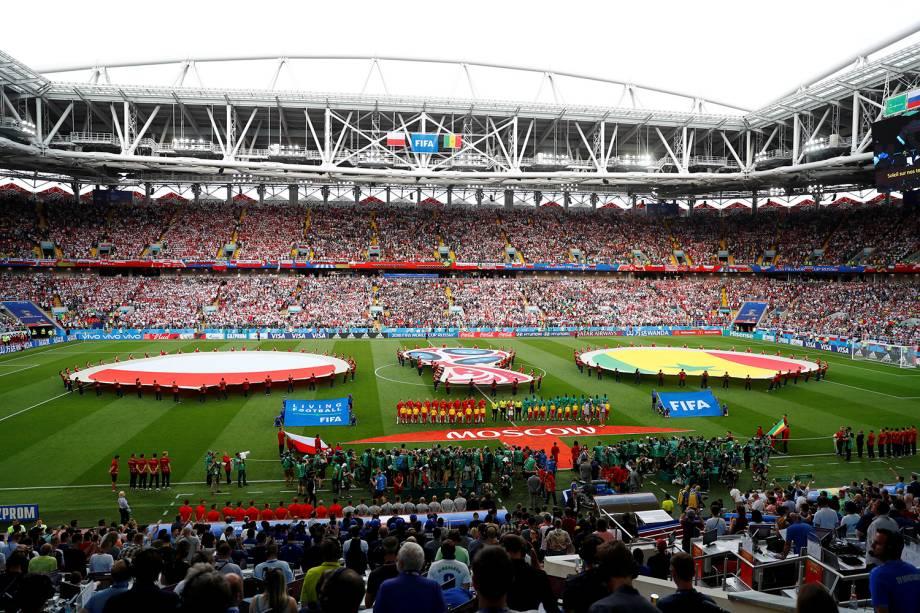 As seleções de Polônia e Senegal entoam os hinos nacionais antes do início da partida no estádio Spartak
