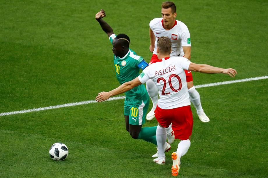 Sadio Mane, do Senegal, dribla pra cima do polonês Lukasz Piszczek durante o último confronto da primeira fase da Copa do Mundo