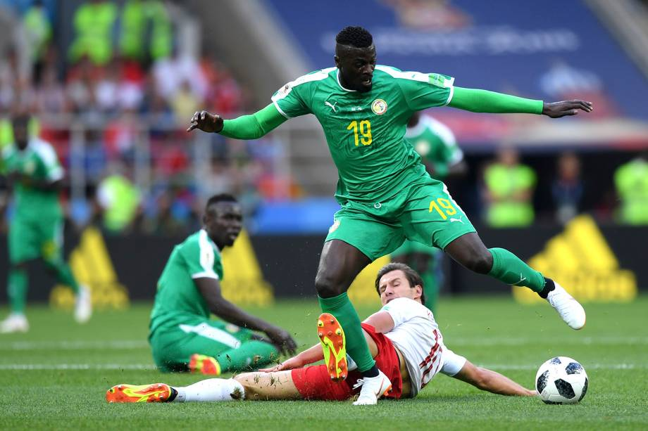 Mbaye Niang, do Senegal, passa pela marcação do polonês Grzegorz Krychowiak
