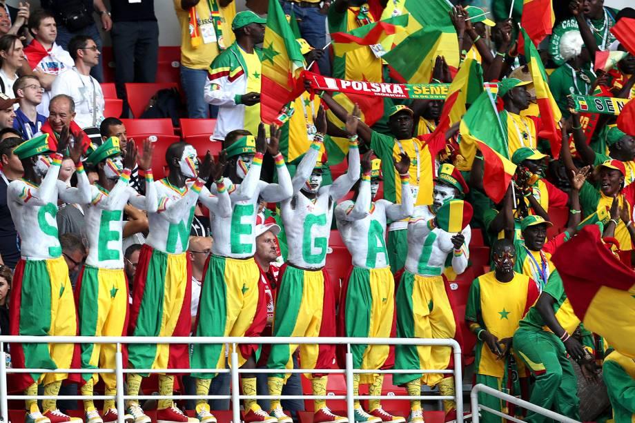 Torcedores de Senegal com o corpo pintado agitam a torcida durante a partida do Grupo H contra a Polônia