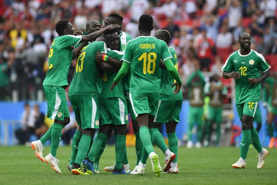 Gana Gueye, do Senegal, comemora o gol contra realizado após sua tentativa, com os companheiros de time