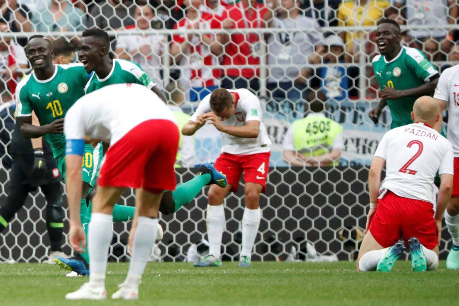 Thiago Cionek, da Polônia, abre o placar no estádio Spartak com um gol contra favorecendo a Senegal