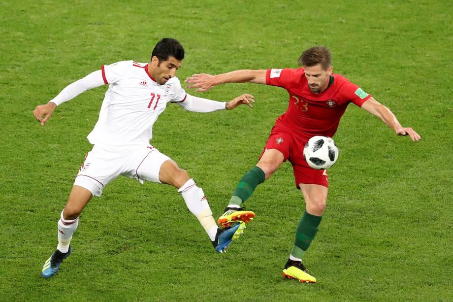 Vahid Amiri (esq) disputa bola com Adrien Silva, durante partida entre Irã e Portugal, válida pela terceira rodada do grupo B da Copa do Mundo - 25/06/2018