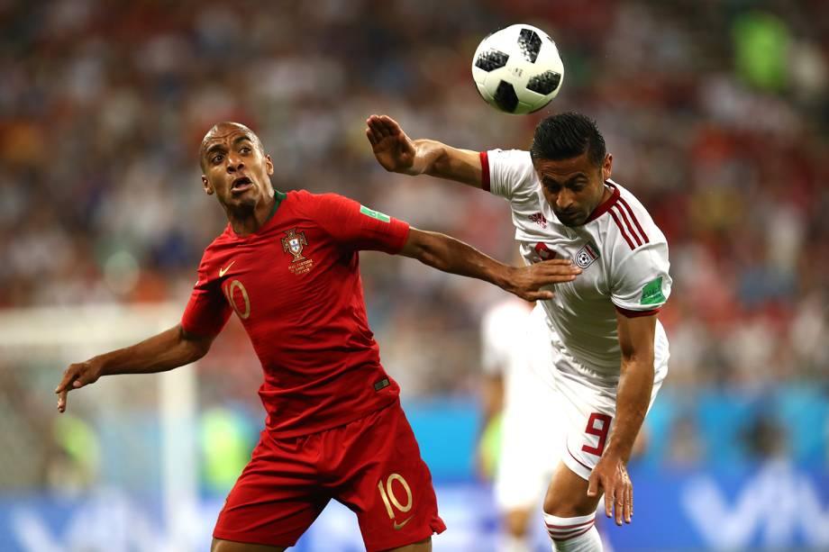 Omid Ebrahimi disputa bola com João Mario, durante partida entre Irã e Portugal, válida pela terceira rodada do grupo B da Copa do Mundo - 25/06/2018