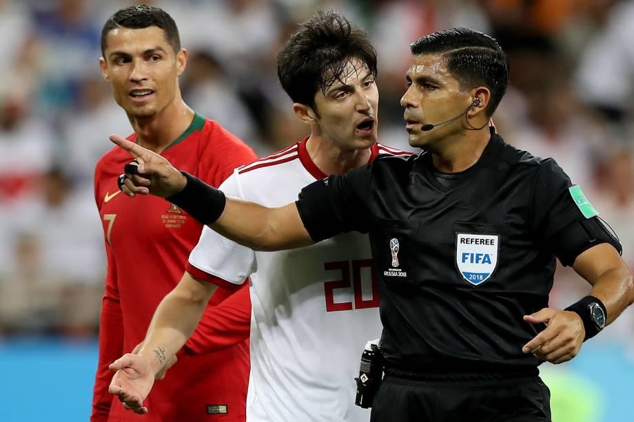 Sardar Azmoun, do Irã, discute com o árbitro Enrique Caceres, durante partida entre Irã e Portugal, válida pela terceira rodada do grupo B da Copa do Mundo - 25/06/2018