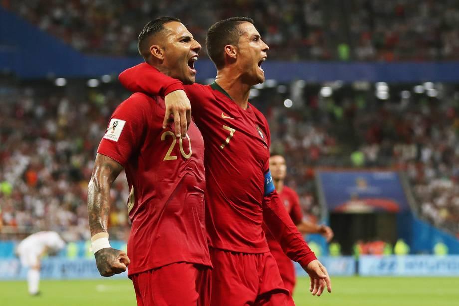 Ricardo Quaresma (esq) comemora com Cristiano Ronaldo após abrir o placar contra o Irã,em partida válida pela terceira rodada do grupo B da Copa do Mundo - 25/06/2018