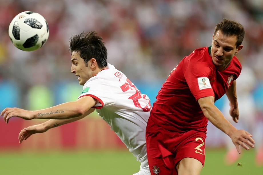 Sardar Azmoun (esq) disputa bola com Cedric Soares (dir), durante partida entre Portugal e Irã, válida pelo grupo B da Copa do Mundo - 25/06/2018