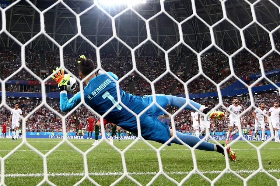 Ali Beiranvand defende pênalti batido por Cristiano Ronaldo, durante partida entre Portugal e Irã - 25/06/2018