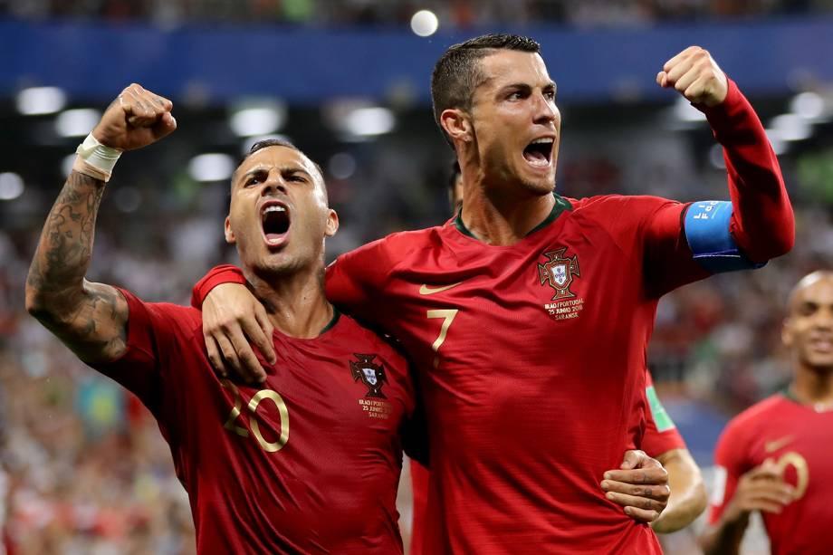Ricardo Quaresma comemora com Cristiano Ronaldo após Portugal abrir o placar contra o Irã - 25/06/2018