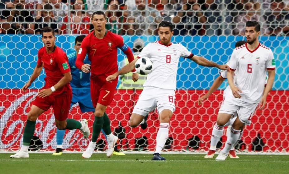 Morteza Pouraliganji, do Irã, afasta a bola do ataque de Portugal durante a partida na Arena Mordovia - 25/06/2018