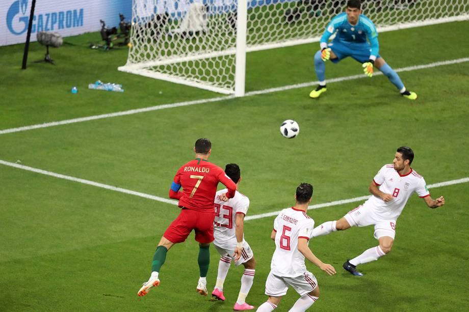Cristiano Ronaldo, de Portugal, arrisca um chute ao gol no início da partida contra o Irã - 25/06/2018