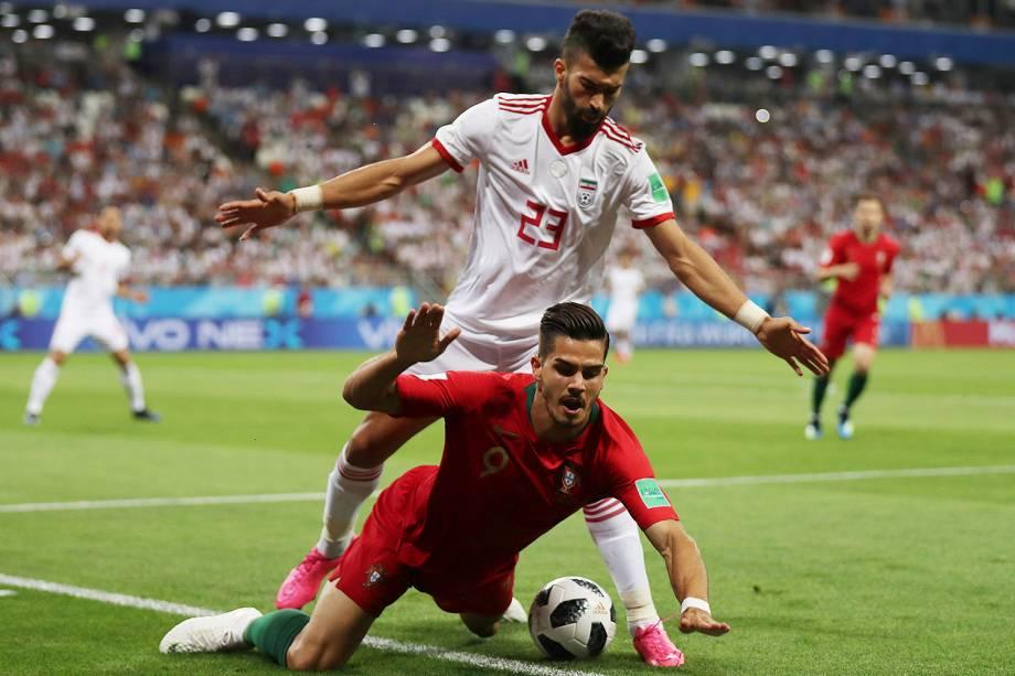 Andre Silva, de Portugal, é derrubado por Ramin Rezaeian, do Irã, durante uma tentativa de roubada de bola - 25/06/2018