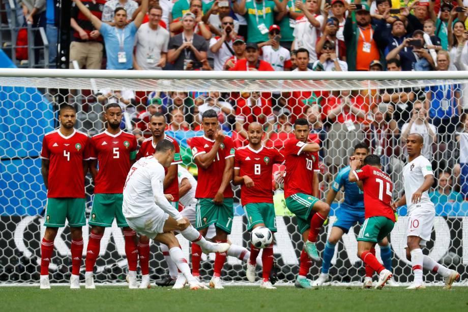O atacante português Cristiano Ronaldo tenta marcar de falta durante partida contra o Marrocos no estádio Luzhniki Stadium, em Moscou - 20/06/2018
