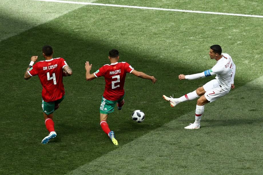 Chute de Cristiano Ronaldo é bloqueado pela defesa marroquina